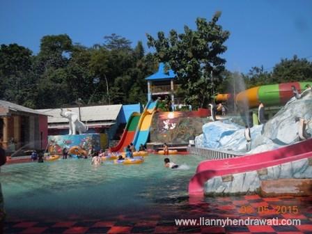 Renang Di Waterboom Tiara Jember Park Lianny Hendrawati